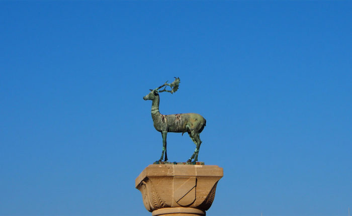 Il cervo che è stato posto dove era il Colosso di Rodi