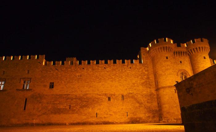 rodi Città antica le Mura di difesa della città illuminate