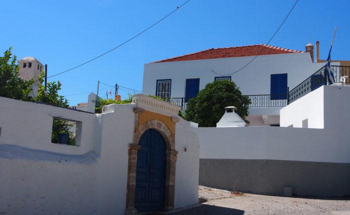 Una delle vie di Lachania a Rodi con i muri bianchi