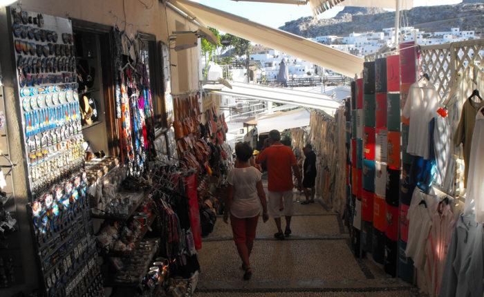 lindos rodi una delle vie interne della città con tutti i negozi