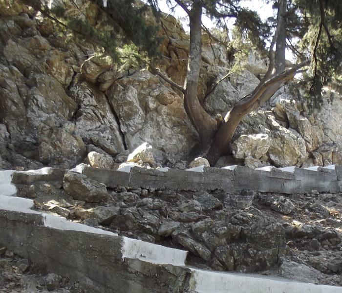 la scalinata che porta a tzampika